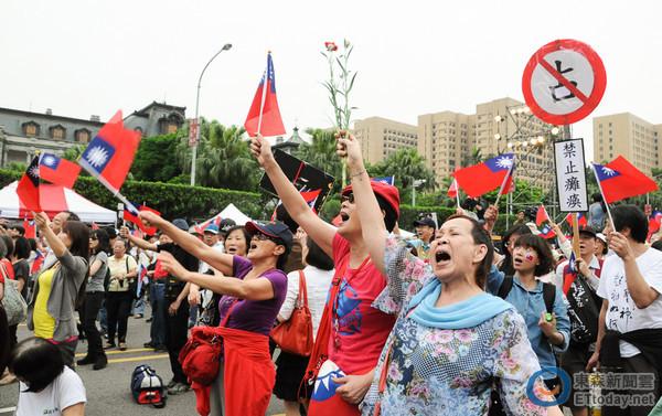 新黨「新五四愛國運動」4日下午號召數千民眾手持國旗走上凱達格蘭大道