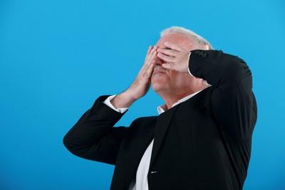 老翁以為從保單領錢不用還 雙眼失明申請理賠才知欠款失效