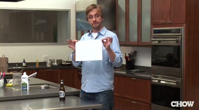 只要一張紙,沒開瓶器一樣能開啤酒!