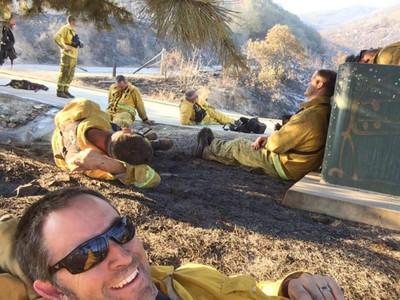 撲滅大火後,疲憊消防員自拍令人動容