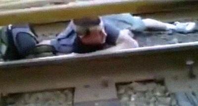 火車行進間爬過軌道,哪那麼多屁孩啦