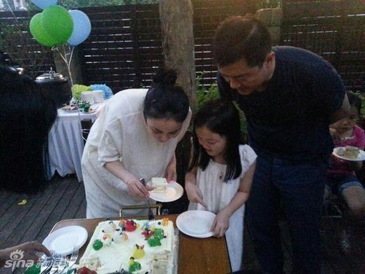 王菲、李亞鵬合體出席女兒李嫣生日。(圖/新浪娛樂)