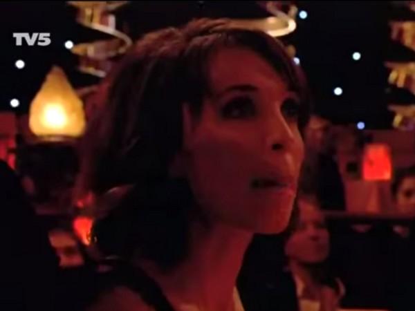 法帥兄弟全裸跳「毛巾舞」驚險拋接!女觀眾忘情舔唇