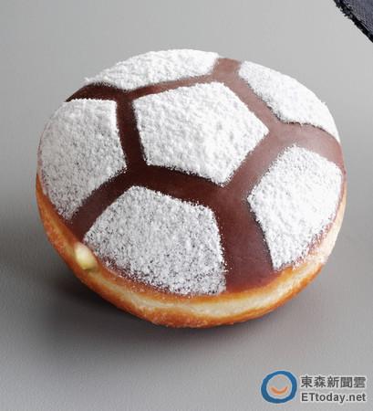 搶世足賽商機,Krispy Kreme推出足球限定版甜甜圈。