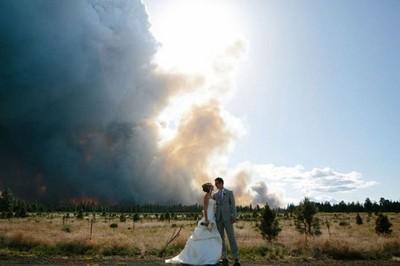 超溫馨婚禮..那背景是森林大火嗎?