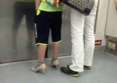 電車上感人一幕,兒子替媽媽穿高跟鞋