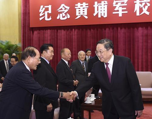 台灣退將團參與北京的黃埔90周年紀念座談,俞正聲一一握手致意。(圖/取自中華人民共和國中央人民政府網站)