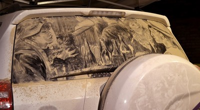 只用一根手指,他能把髒車變成藝術品