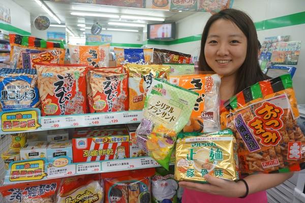 颱風來襲帶動超商零食、泡麵、雨具等業績成長,為了滿足民眾需求,紛紛加強備貨量達1到3成以上。