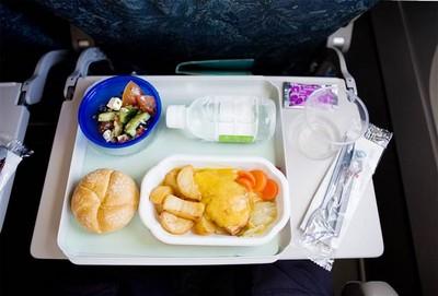 飛機餐難吃的原因:因為你身處高空中