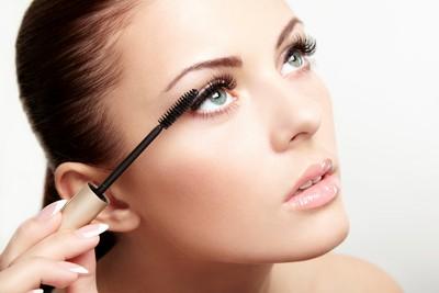 女童偷玩化妝品 遭睫毛刷處罰