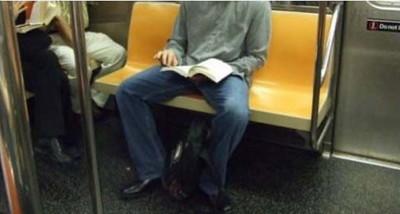 男人坐姿腿太開很惱人?告訴妳原因…