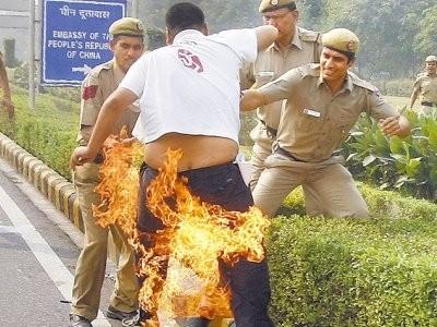 1年12名藏人自焚 四川萬名藏人寺廟外聚集抗議(圖/翻攝自路透社)