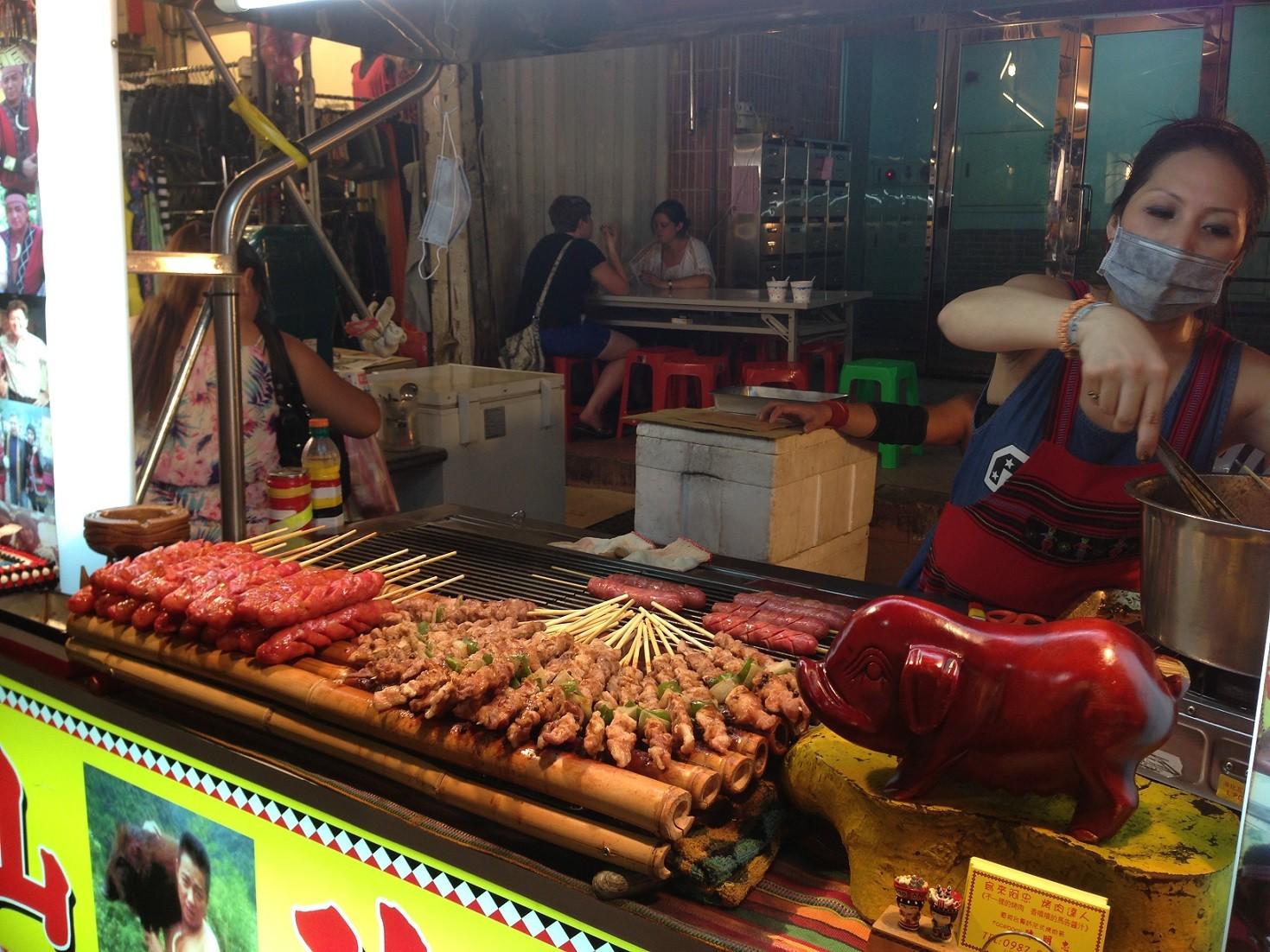 臨江夜市,通化夜市,炭烤串燒,烤香腸,夜市小吃(圖/記者蔡玟君攝)