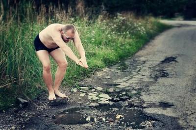 路面坑洞大到能跳水,立陶宛人神嘲諷