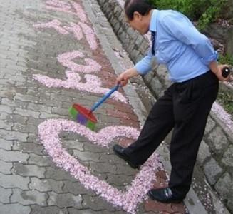 校園美化專家!看警衛大叔的掃把藝術