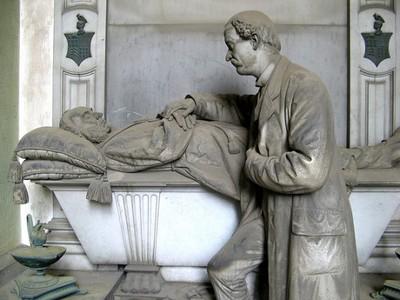 墓園這些雕像,替沉重氛圍染上人情