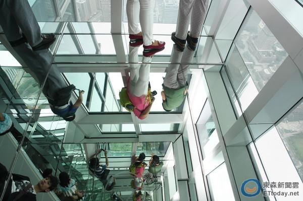 101觀景台地板變鏡子 女客羞嗔:早知道就不穿裙子來