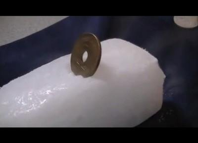 為什麼金屬插入乾冰後,會發出叫聲?
