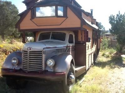 網友說要賣房車,結果是房子下面有車