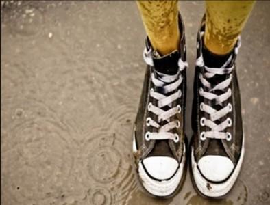讓溼掉鞋快乾的4個方法!啤酒瓶是要…