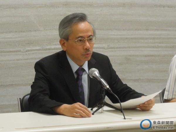 衛福部長邱文達(左)3日晚間偕同發言人王哲超,證實自己已經請辭。(圖/記者賴于榛攝)