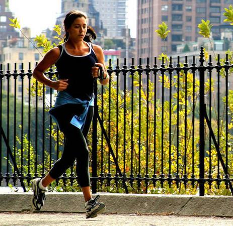 跑步側腹痛的速解法,踏左腳吐氣就ok
