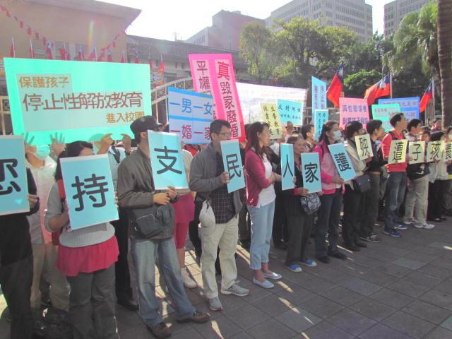護家盟成員至立法院正門抗議。(圖/記者劉康彥攝)