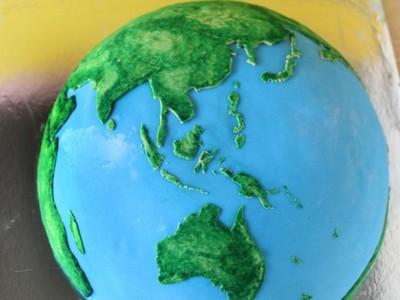 澳妞為男友自製地球蛋糕…這吃得完嗎