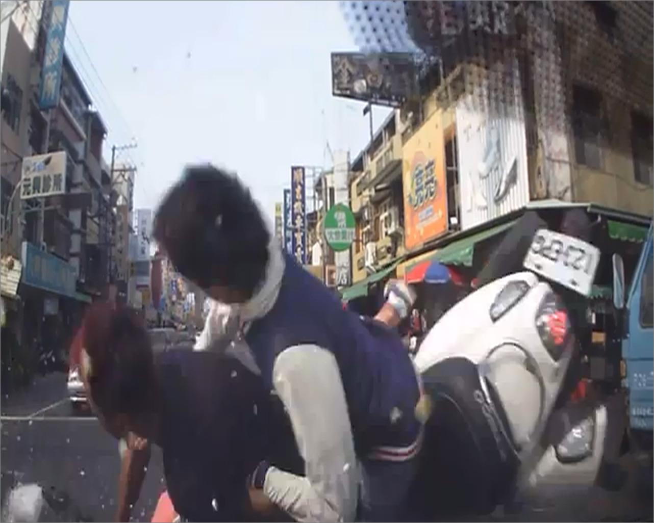 機車對撞 兩騎士「空中飛抱」一同撞轎車玻璃