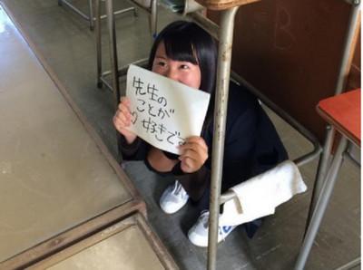 學生躲桌底告白,欸~老師照劇本來呀
