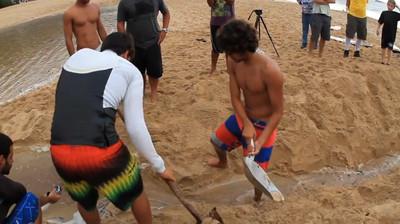 衝浪客來海邊不玩水,拼命挖沙幹嘛?