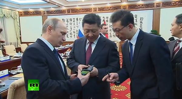 普丁送習近平「俄版iPhone」 YotaPhone2爆紅
