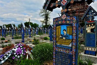 墳上彩繪職業死因,墓園要這麼歡樂嗎