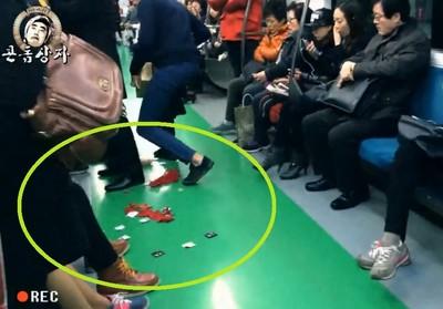 地鐵爆發保險套炸彈,大媽開心笑著撿