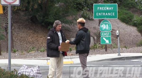 施捨街友3000元後跟蹤偷拍他…看見驚人的景象