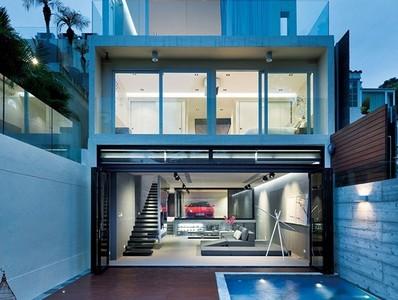 為能跟愛駒共眠,在客廳打造夢幻車庫