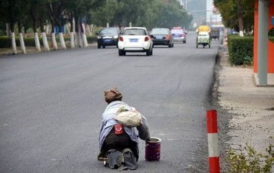 跟拍肢障乞丐,中國網友見證…奇蹟?