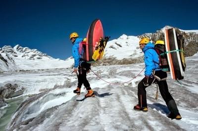 冰川天然滑水道,勇者帶趴板沖下去啦