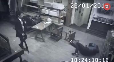 餐廳瞬變修羅場,撐傘女俠擊趴3混混