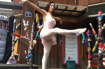 芭蕾舞女孩一個抬腿,街頭重低音迴響