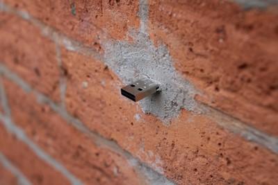 路上看見一個USB,要插還是不要插?