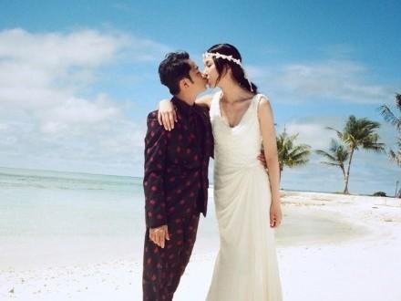 ▼「港版納豆」王祖藍娶高13cm選美小姐,甜笑仰親嬌妻。(圖/翻攝自王祖藍的微博)