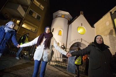 丹麥槍擊之後,不同信仰用愛包圍教堂