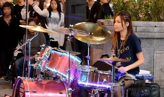 星光6班正妹鼓手陳曼青。(圖/翻攝自YouTube)