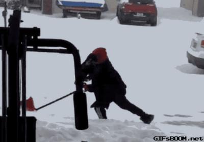 大雪中的連續滑不倒男…噗嘩哈哈哈哈哈哈哈哈哈哈哈哈哈哈哈哈(徹底憋笑失敗)