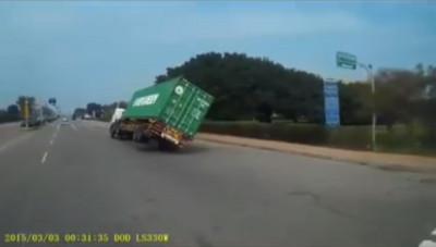 貨櫃車轉進台中港 疑「彎幅過大」90度貼平倒地