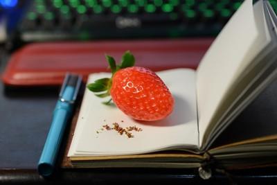 無聊到發慌9種境界,來幫草莓去粉刺~
