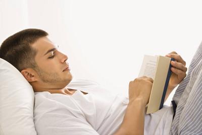 從男人睡前習慣,1秒看穿個性&愛情觀
