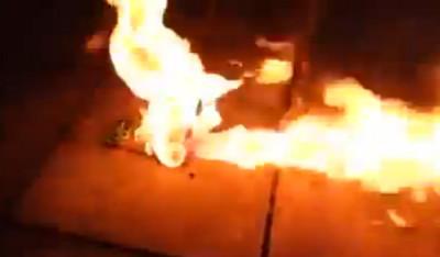 刀子戳兩下手機電池,爆炸飛出火鳳凰